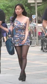 街拍 紧身包臀裙MM的黑丝美腿