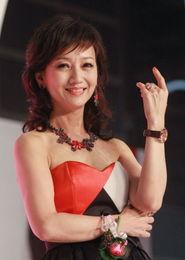 【14p】老撸哥第四色-2012年8月11日,香港,58岁的赵雅芝一袭低胸装应邀为某婚纱设计比...