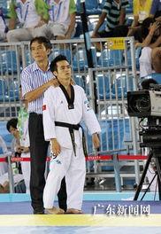 越南选手NGUYEN Dinh Toan赛前在教练的帮助下放松身体.   摄 -深圳...
